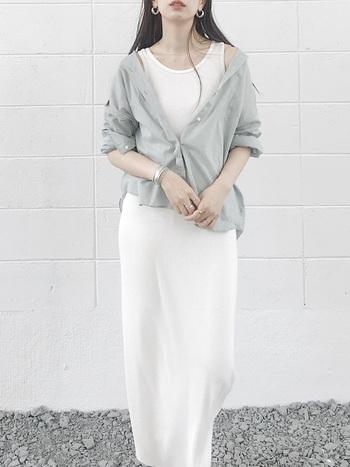重ね着をしたレイヤードスタイルは、暑苦しい印象になりがちですが、明るいトーンの洋服にシルバーアクセサリーをポイントに置くことでスッキリとまとまります。