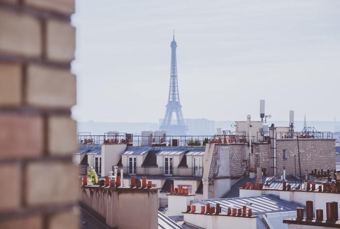 エッフェル塔に凱旋門、ルーブル美術館など、人気の観光地がたくさんあるパリ。それでも「一番素敵だなぁ」と感じるのは、やっぱり街を行きかうパリジェンヌたち。せっかくパリに行くのなら、彼女たちに一歩近づける、そんな旅はいかがでしょう?