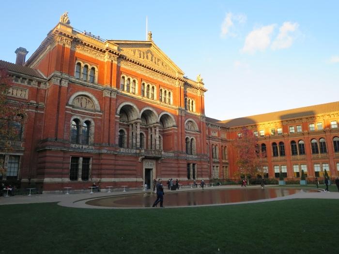 物価が高いと思われがちなイギリスですが、ほとんどの美術館は無料で入場することができます。あの大英博物館のロゼッタストーンも、実は無料で見られるのです。そのため、空き時間に美術館へ行くロンドナーもたくさんいます。  落ち着いてのんびり廻りたい方におすすめなのは、「V&Aミュージアム」。ファッション系の展示が多いことでも有名ですが、絵画やフォトグラフィーなど、展示物は多岐に渡ります。ひっそりと静かに芸術を堪能することができます。