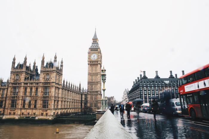 ロイヤルファミリーがいたり、アフタヌーンティーが有名だったり、ちょっぴり高級なイメージのあるロンドンですが、地元の人たちは歴史や文化を大切にしながらも、質素に楽しく暮らしています。お喋りで気さくなロンドナーに混じって、街を散策してみましょう。