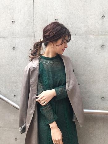 寒い季節の結婚式ではコートを着て行くことになると思いますが、会場に入る前に脱ぐものであっても、ファーやレザー素材のものは避けたほうがよいです。トレンチコートやウール素材で、ドレスに合う落ち着いた色味のコートを合わせましょう。