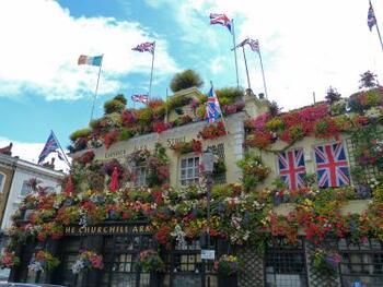 イギリスの文化は、パブの文化とは切っても切り離せません。その外装&内装からか、観光ガイドブックなどによく紹介されている「チャーチル・アームズ」は、地元の人からも長く愛されている伝統的なパブ。