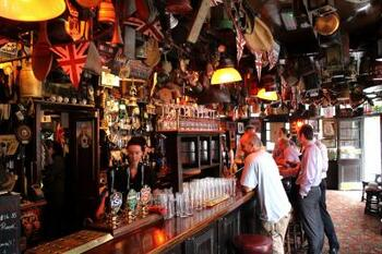 偶然となりにいた知らない人と、いつの間にか友達になっている、なんていうパブの文化も味わえるかもしれません。  せっかくなので、「ロンドンプライド」などの地ビールを注文してみると良いでしょう。