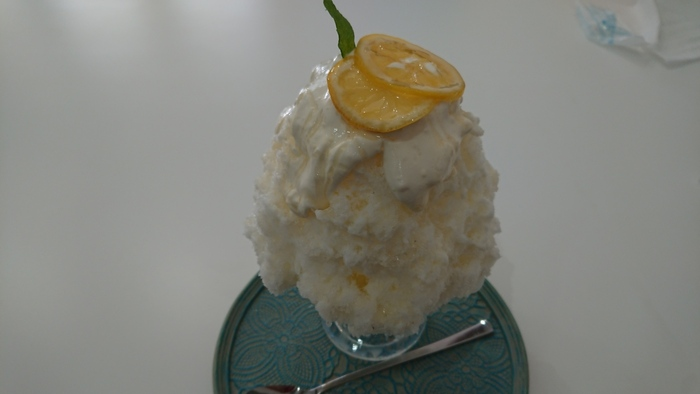 創作氷のハニーレアチーズは、氷を覆うようにレアチーズソースがたっぷりとかかっています。いちご、パイナップル、キウイの中から好きなフルーツソースを選ぶことができますよ。フルーツソースは氷の中に入っているので、まずはレアチーズを味わってから、味の変化を楽しみましょう。チーズソース×フルーツソースの組み合わせに、スプーンが止まらなくなります。