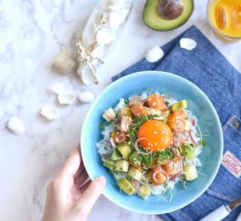 お刺身やアボカドを使ったハワイの郷土料理のポキ丼に、山芋や薬味を加えて和風テイストに。カラフルで見栄えがするので、おもてなしランチにもどうぞ。