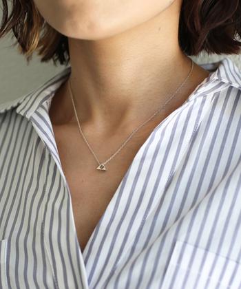 シルバーのネックレスでキリっとしたシャープなデコルテに。知的な印象を与えるのもシルバーアクセの魅力です。