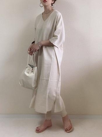 シルバーのイヤリングに合わせて、ブレスレットやバッグもシルバーで合わせたワントーンコーデは、オシャレ上級者のテクニック。ワンランク上を目指したい方におすすめのスタイルです。