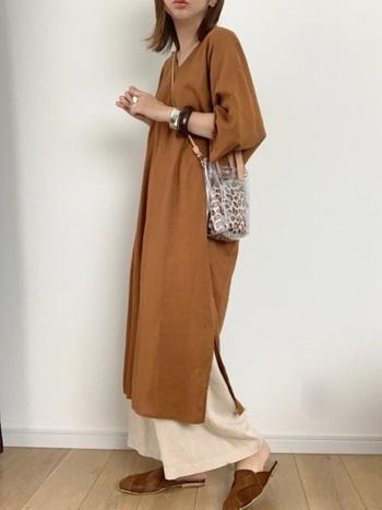 地味になりがちなブラウンやキャメルカラーの洋服もシルバーのバングルで軽やかに。クリア素材のバッグもシルバーアクセとマッチするので、トレンド感のある着こなしに仕上がります。