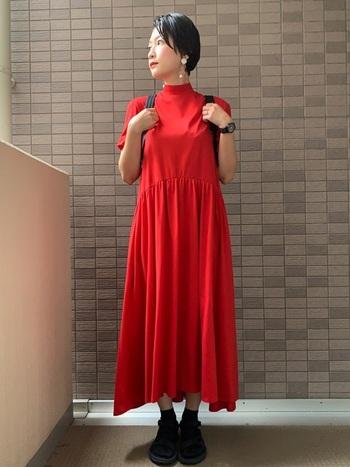 パッと目を惹く鮮やかな赤のワンピースに負けない耳元のシルバーイヤリング。ちょっぴり大ぶりなデザインのアクセサリーも個性が光り、シンプルでありながら素敵な着こなしです。