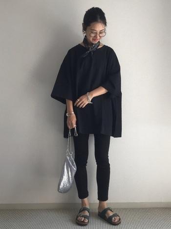 真っ黒なワントーンコーデは、暑い季節には避けたいカラーコーデですが、シルバーをプラスするだけで涼し気に。沢山つけてもしつこくならず、シルバーアクセが魅力的に見えるのは、全身ブラックでシンプルな着こなしだからこそ。