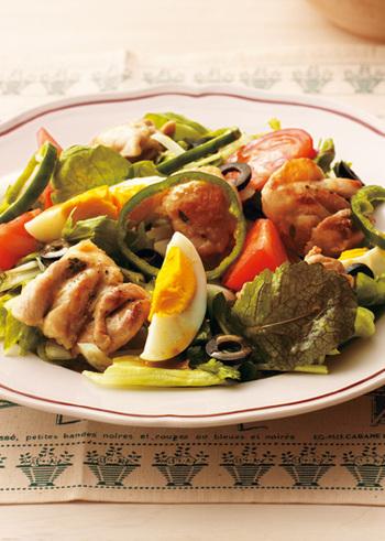 カリッと焦げ目をつけたチキンとたっぷりな野菜。お子さんも好き嫌いなく食べてくれるはず!主菜にもふさわしいボリュームです。