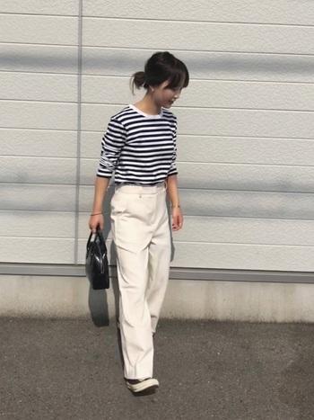 モノトーンボーダーTシャツ×白パンツのきれいめフレンチカジュアルスタイルに、コンバースのオールスターを合わせて爽やかに。きちんと感があるので、小物次第でお仕事着としても◎