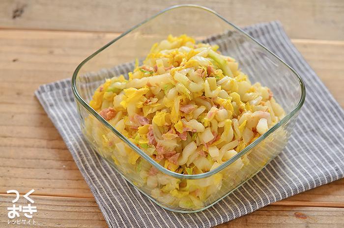 白菜の大量消費レシピ、ツナと白菜のピリ辛和え。レンジで加熱した白菜にツナを混ぜ、味付けは塩とラー油のみ。白菜は塩もみしてから調理するので、量が減ってたくさん食べられますね。