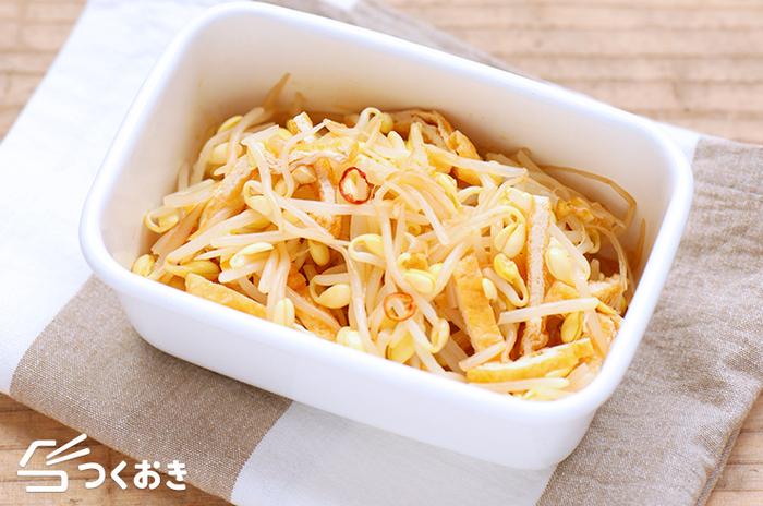 小鉢にぴったりの、シャキシャキ豆もやしと油揚げのラー油和え。もやしを美味しくするポイントは、お酢を加えて茹でること。もやし独特の臭みを消して、日もちさせてくれます。茹で上がったら、水気をしっかり切って、熱いうちに調味料とあわせると味が馴染みやすくなります。