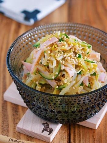 もやしときゅうりを使った中華サラダは、ボリューム満点! 風味豊かなラー油は、淡泊な味の食材と相性がいいですよ。