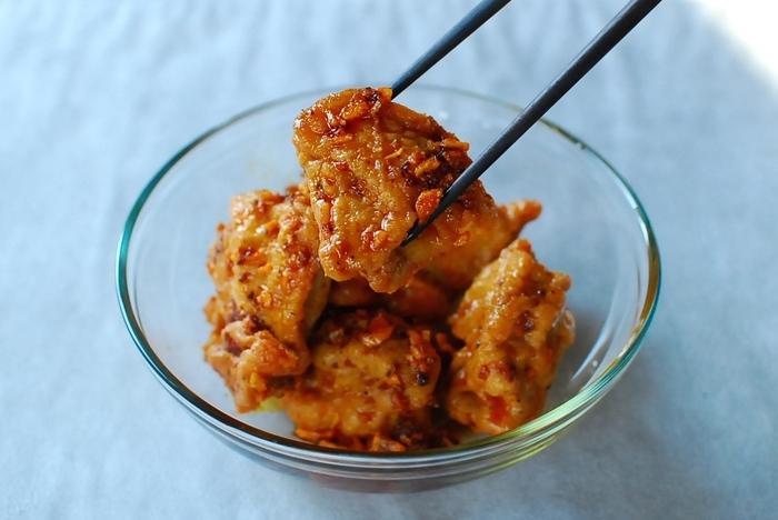 夏になると無性に食べたくなるのがピリ辛料理。食べるラー油を使えば簡単にスパイシー料理に早変わり。ジューシーな鶏もも肉の唐揚も、食べるラー油に絡めてスパイシーチキンに!