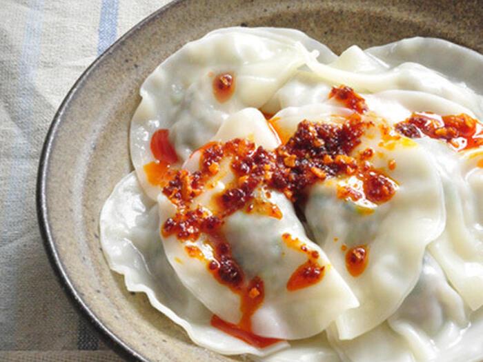 食欲のない日に食べたい水餃子。さっぱりした水餃子の上にも、食べるラー油をのっけて頂きましょう。ニラとニンニクが入ったスタミナ料理を食べて、暑い夏を乗り切りたいですね。
