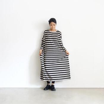 リネン100%の生地を使ったボーダーワンピース。シンプルなデザインなので、一枚で着るのはもちろん、デニムや羽織りと合わせるのもおすすめです。