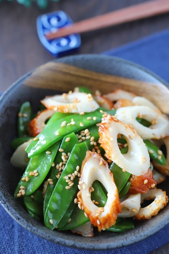 色鮮やかなサヤエンドウと竹輪のラー油和え。フライパンで炒めないので洗い物も減ります。作り置きして、お弁当のおかずにもぴったりな一品。