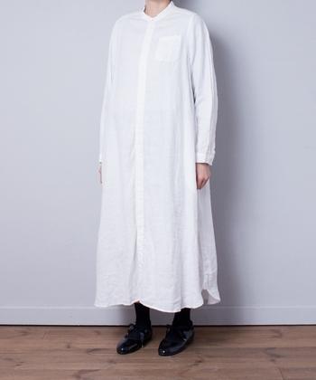 ギャザーやタックなどがない、シンプルなシャツワンピースは、定番の一枚として持っておきたいアイテムです。夏は袖をまくって着たり、デニムと合わせて着こなしましょう。
