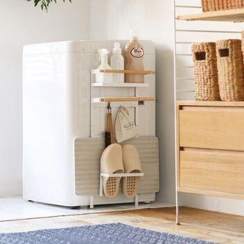 洗濯機横のデッドスペースには、こちらの薄型ラックもおすすめです。マグネット式で洗濯機に簡単に取り付けることができます。棚・フック・タオルバーなどが付いており、ランドリールームの必需品をコンパクトに収納できる優れものです。