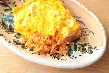 子供も大人も大好きなオムライス。レシピによってはフライパンが2つ必要だったり、ご飯の味付けのあとせわしなくフライパンを洗わなければなりませんが、電子レンジだけで手軽に作れます。