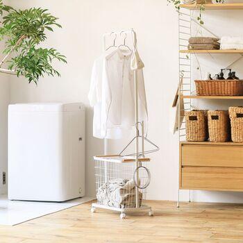 ランドリースペースに余裕があれば、かご&キャスター付きの素敵な「ランドリーハンガーカートセット」をプラスしてみませんか?ハンガーバーがついているので、洗濯ものの一時置き場にも◎。キャスター付きで移動も楽ちんなので、そのままベランダへ洗濯物を運ぶこともできますよ。