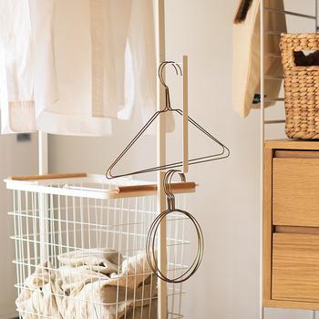 サイドにはハンガーの収納スペースや、バッグなどをかけられるフックが付いていたりと、様々な機能が充実しています。実用的でおしゃれなハンガーカートがあれば、毎日お洗濯するのがさらに楽しくなりそうですね。