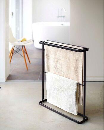 タオルハンガーもスリムなデザインを選ぶことで、ランドリー周りやバスルームをよりスッキリさせることができます。バスタオルはもちろんのこと、フェイスタオルや靴下などの部屋干しにも重宝しますよ。