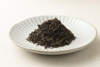 「紅茶のシャンパン」とも称されるダージリンは、中国の「キーモン(祁門)」、スリランカの「ウバ」に並ぶ世界三大紅茶のひとつ。 インド北東部ダージリン地方にあるヒマラヤ山麓、標高2,000メートルを超える高地で収穫され、昼夜の寒暖差で発生する霧が独特の香りと味を生み出しています。