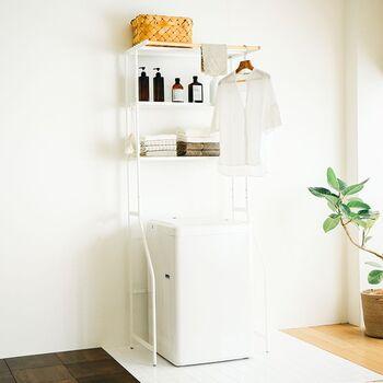 ランドリーシェルフは洗濯機上の空いたスペースを有効活用できる便利なアイテムです。棚には洗剤類や洗濯用品などを収納できるので、ランドリー周りをスッキリと整理できます。