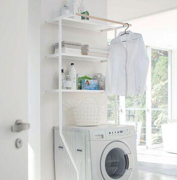 衣類や日用品など、様々な物が集まるランドリースペースをスッキリさせるためには、収納家具を活用することも大事なポイントです。たとえばこんな風にランドリーシェルフを設置することで、デッドスペースになりがちな洗濯機上の空間を有効活用できますよ。
