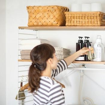 ランドリーシェルフを設置すれば、タオルや洗剤などの日用品もすっきりとスマートに収納できます。おしゃれな収納ケースや洗剤ボトルなど、お気に入りのアイテムと組み合わせて、素敵なランドリースペースを作ってみませんか?
