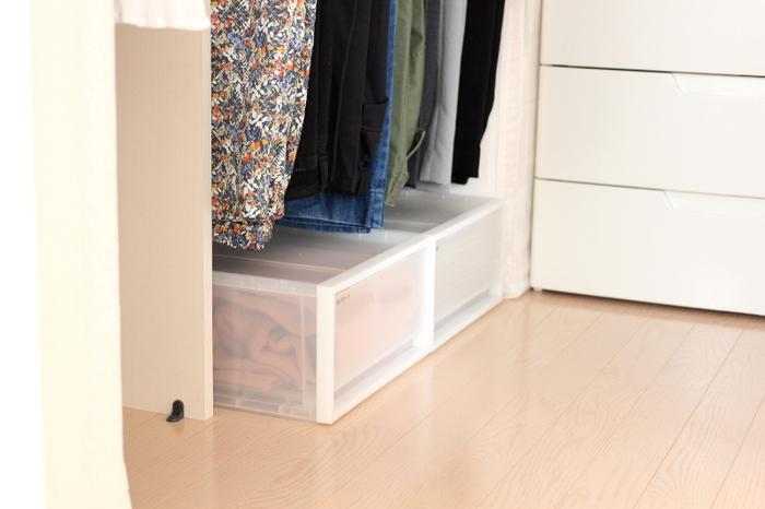 わずかなすき間も収納に…とデッドスペースを有効活用するなら、無印の衣装ケースを。豊富なサイズ展開なので、きっとぴったりのものが見つかるはずですよ。