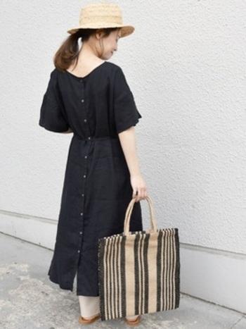 ナチュラルなリネンワンピースは、ウエストのリボンでシルエットに変化をつけて。女性らしい着こなしになります。2WAYタイプで前後どちらでも着られるので、その日の気分でコーディネートを変えられます。