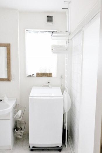 お家の間取りによっては、洗濯機の背面に窓があってランドリーシェルフを設置できない場合がありますよね。そんな時には、「つっぱり式」のランドリーラックがおすすめです。洗濯機横の狭いスペースにも設置できて、簡単に収納スペースを増やすことができますよ。