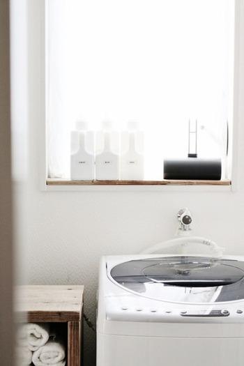"""洗濯洗剤や柔軟剤、漂白剤など、種類の違う洗剤も全て同じ白いボトルで揃えることで統一感が出ます。こんな風に""""見せる収納""""として、窓際に並べても素敵ですよ。"""