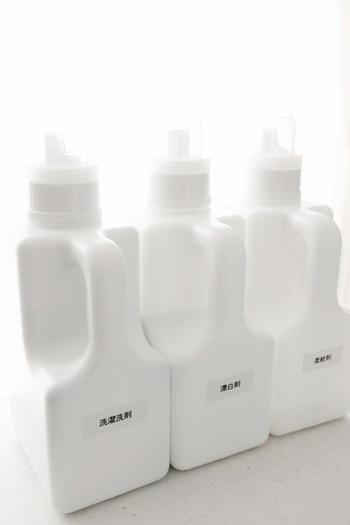 洗剤のボトルなどはカラフルなものが多く、そのままでは雑然とした印象になりやすいですよね。そんな洗剤類は白いボトルに詰め替えることで、ゴチャゴチャ感が解消されてすっきりとした印象になります。