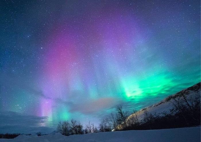 """しんと冷えた空気に包まれた北欧の夜。空に現れるのは、幻想的な光のベール""""オーロラ""""。デンマーク北部でも稀にしか見ることのできない神秘的なきらめきは、心を奪われる美しさです。 『AAREN KULOR(アレン カラー)』の新色は、""""オーロラ""""が美しいデンマークの壮観な夜空がモチーフ。手元に北欧の夜の色合いを纏えば、一気に気分が秋モードに切り替わるのでは?"""