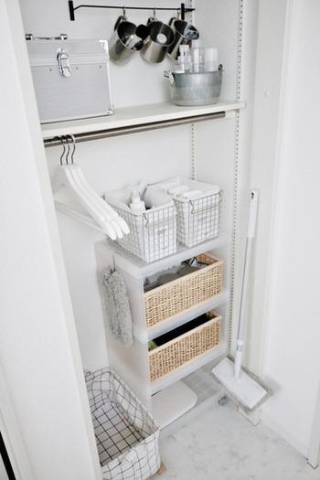 """デニムやアウターなどすぐに洗濯しない洋服は、洗うまでにしばらく収納しておけるスペースがあるといいですよね。ランドリーエリアに空いているスペースがあれば、こちらのブロガーさんのようにポールや収納バッグを活用して、洋服の""""一時置き場""""を作っておくと便利ですよ。"""
