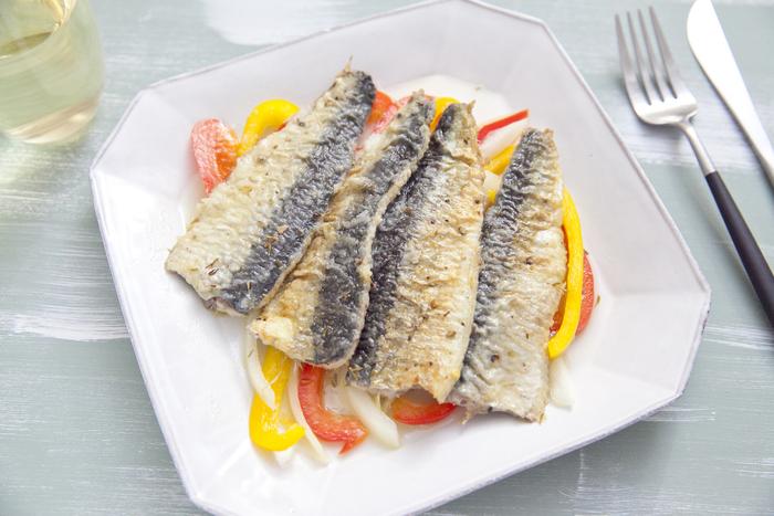 エスカベッシュは、地中海料理のひとつで、魚のマリネのようなもの。西洋の南蛮漬けともいえます。魚を揚げてマリネ液に浸すことが多いですが、こちらはいわしに小麦粉をつけてフライパンで焼いています。作り置きすると、味がよくしみます。