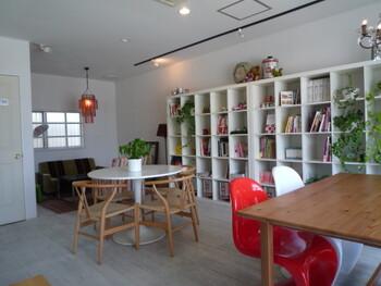 白を基調としたナチュラルな雰囲気の店内。壁面の本棚には雑誌や本がたくさんあり、どれも自由に読むことができます。