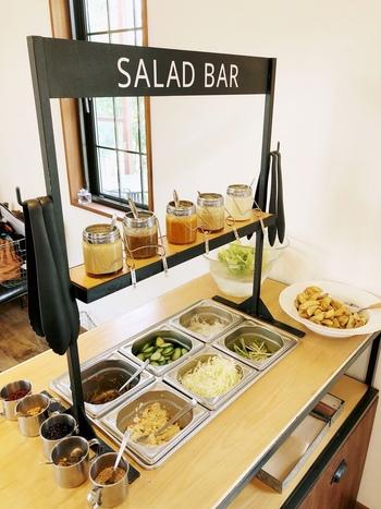 地元の旬野菜と手作りドレッシングが評判のサラダバーも注文してみませんか?春雨サラダやおからの和え物などのお惣菜もあるので、ランチにプラスするのもおすすめです。