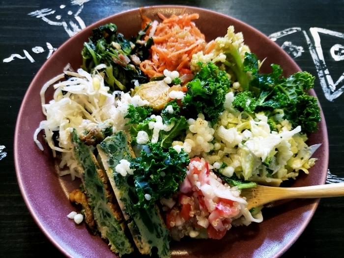 これをお目当てに訪れる方もいるという「季節野菜のデリ」。10種類ほどのお野菜が、それぞれ違った味付けで調理されています。地元、房総産のお野菜を使っていて、カラフルな見た目が食欲をそそります。