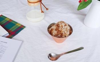 銅製のカップは高い熱伝導率と保冷性が特徴です。かき氷をよそえば、いつまでも冷たいまま楽しむことができます。金属の涼やかな見た目も魅力です。