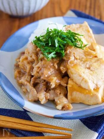 おろしポン酢で作る、重ね煮肉豆腐。ポン酢、みりんなどの調味料に漬け込んだ豚バラ肉と豆腐を煮るだけの、お豆腐に旨みが染み込んだ、さっぱり爽やかなメニューです。