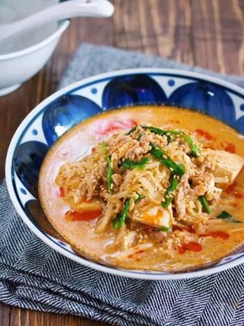 お家にあるもので簡単に作れる、坦々スープ。えのき→豆腐→豚ひき肉→もやしの順に重ねて水や調味料などと煮て、火が通ったら豆乳、すりごま、ニラを入れて完成です。暑いときにこそ熱いものを、そんなときにも食べたい疲れが吹き飛ぶスープです。
