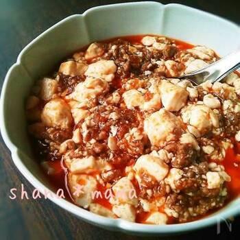豆腐料理の代表、麻婆豆腐。豚ひき肉、しょうが、にんにくを強火で2分しっかり炒め、豆板醤なども加えてさらに炒めたら、水、鶏がらスープの素、豆腐などを加えて混ぜながら煮てできあがり。簡単でありながら本格的な味わいになります。