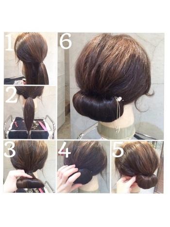 髪を上下に分けて量多めのハーフアップにしてトップを少し引き出します。残りの髪を一緒に束ね、さらに毛先も結んでおきます。髪をくるくると外側に巻きながらピンで留め、全体を整えたら完成。きちんと感のあるまとめ髪は和装によく合います。