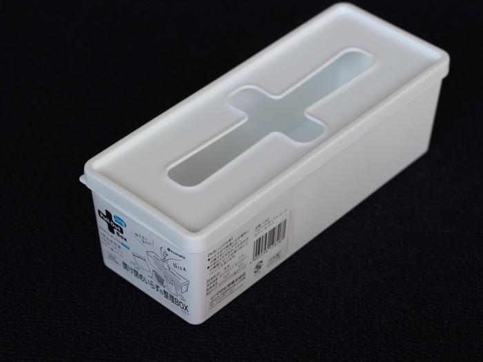 セリアの人気商品「Pull Out Box」は、蓋を開けずにそのまま中身が取り出せる便利なアイテムです。ポリ袋や水切りネットを入れたり、使い捨て手袋の収納に使ったりと、幅広い用途に活躍してくれます。サイズ違いで何種類か販売されていますが、こちらは縦長のlongタイプ。